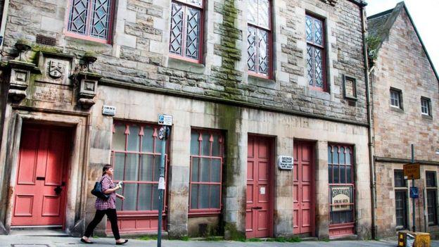 Эдинбургская ложа наемных каменщиков №8 была основана в 1578 году, а это здание ложи было построено на улице Блэкфрайрс-стрит в 1870 году