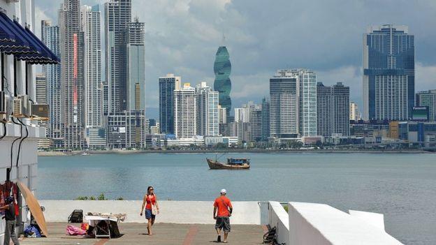 Turistas visitan el barrio de San Felipe, en Ciudad de Panamá