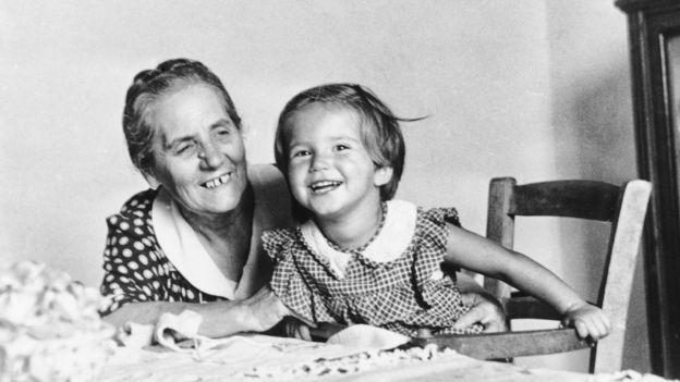 Avó e neta em 1949