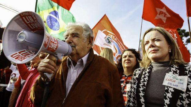 José Mujica e Gleisi Hoffman em manifestação a favor de Lula em 21 de 2018 em Curitiba