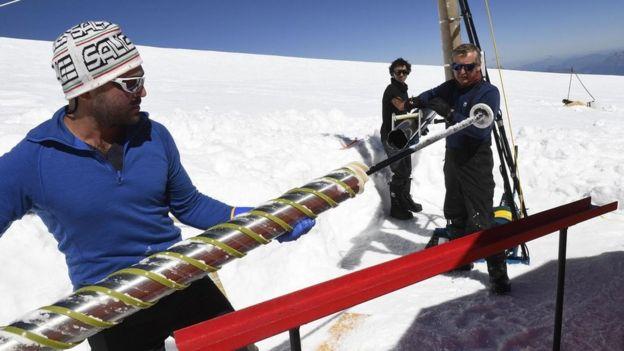Científicos trabajan en la capa de hielo de la Antártica