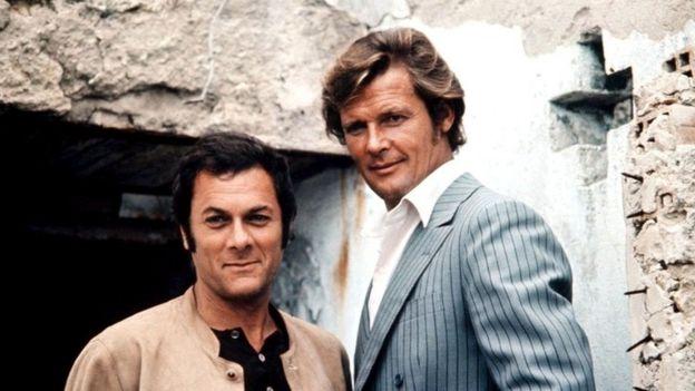 Roger Moore con el actor estadounidense Tony Curtis