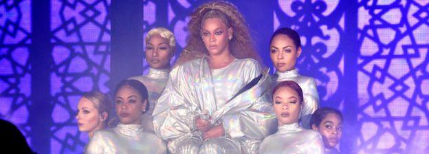 Beyoncé, con bailarinas en un conciento.