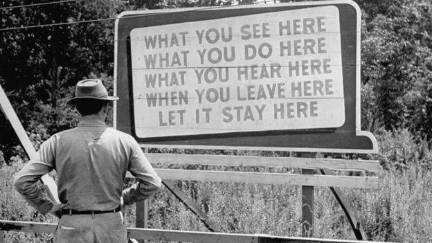 """Un letrero en la sede del Proyecto Manhattan que dice """"Lo que veas aquí, lo que hagas aquí, lo que oigas aquí, cuando te vayas, lo dejas quedarse aquí""""."""