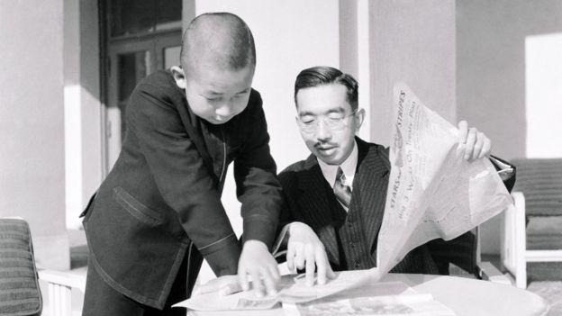 El emperador Hirohito y el príncipe Akihito leyendo la prensa.