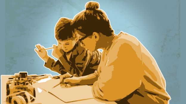Ilustración de una madre y un niño durante educación en casa