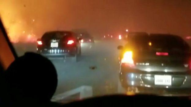 Tratando de evacuar de Paradise en autos.