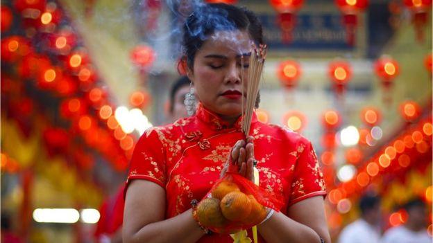Bên cạnh các lễ hội, người dân cũng thường đi cúng lễ đầu năm, như tại ngôi đền này ở khu phố Tàu của Bangkok