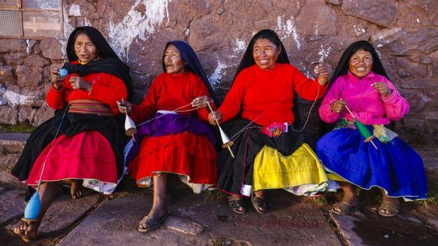 Femmes autochtones péruviennes filant la laine sur l'île Taquile, lac Titicaca, Pérou