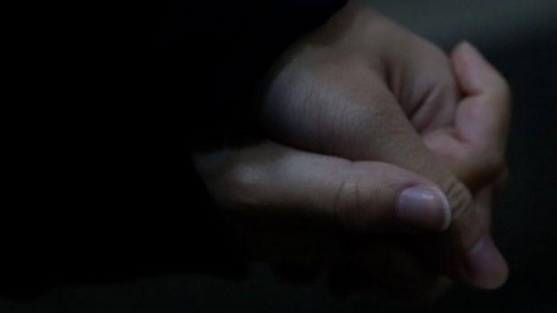 两人牵着手