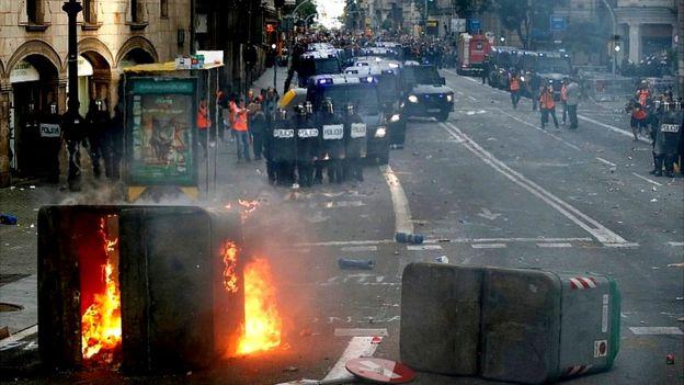 Демонстранты поджигали мусорные ящики