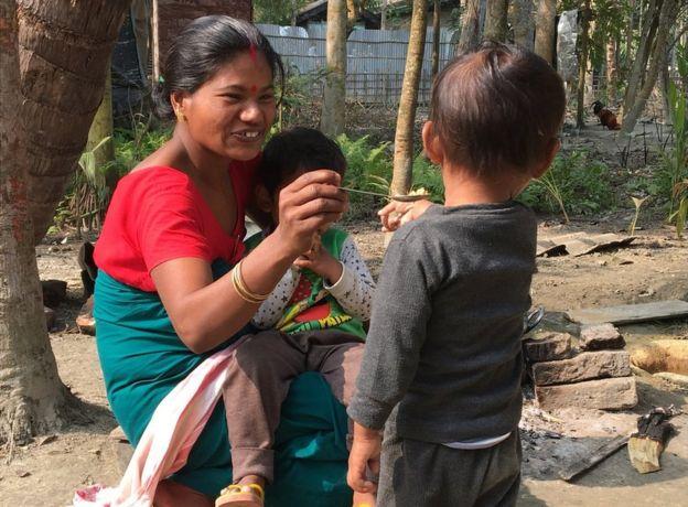 Shewali Boro con su hijo Riyan Chandra Boro.