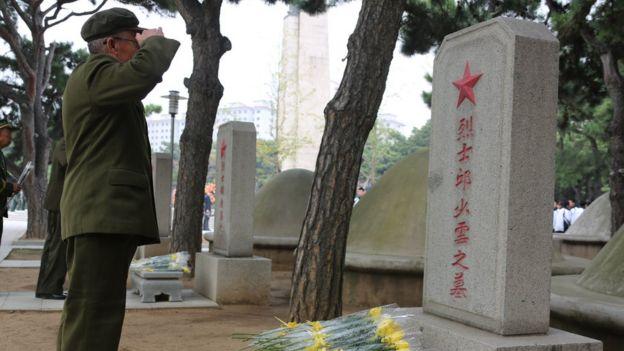 一名老兵在邱少雲的墓前敬禮