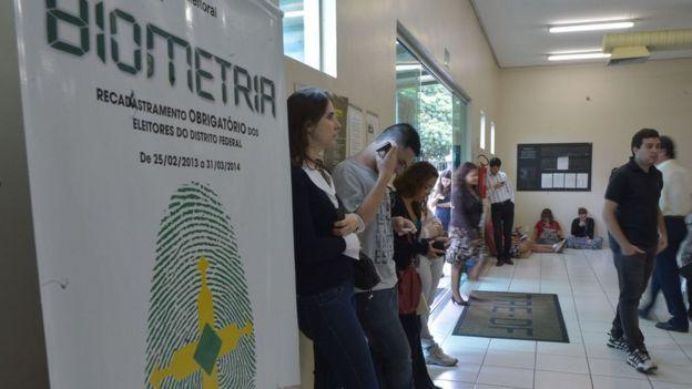 Eleitores esperam para fazer cadastro biométrico no Distrito Federal