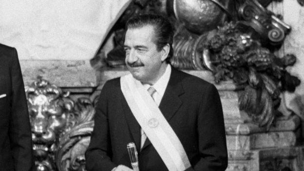 Raúl Alfonsín durante su asunción en 1983