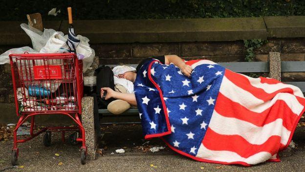 A hombre duerme en la calle en Nueva York.