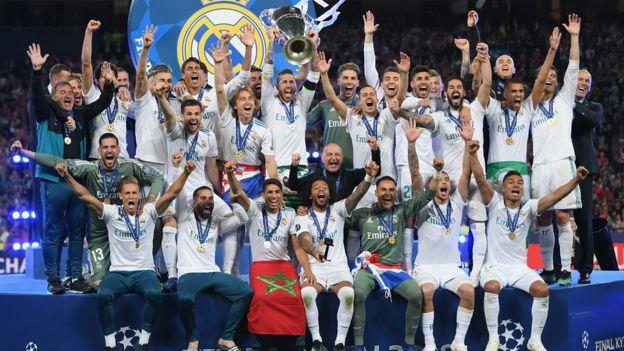 Los jugadores del Madrid celebran el título obtenido en Kiev.