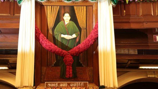 சர்ச்சைகளுக்கு மத்தியில் சட்டமன்றத்தில் ஜெயலலிதாவின் படம் திறப்பு