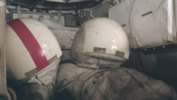 No fim da missão Apollo 17, em dezembro de 1972, os trajes espaciais e os capacetes estavam cobertos de poeira lunar