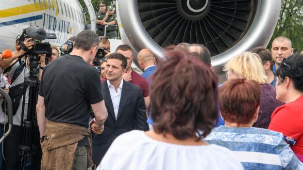 El presidente de Ucrania, Volodymyr Zelensky, acudió al aeropuerto a recibir a los prisioneros liberados.