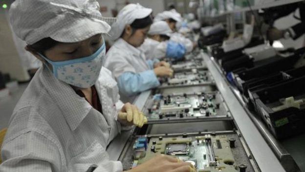 手机的生产线上,成千上范思哲腰带万的工人并排而坐