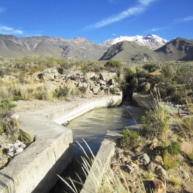 Canal de cemento que transporta agua