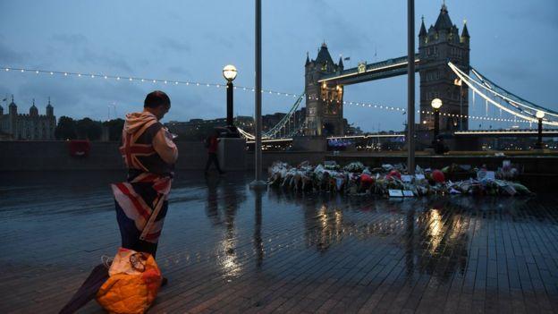 Londra'da kurbanları anmak için düzenlenen tören