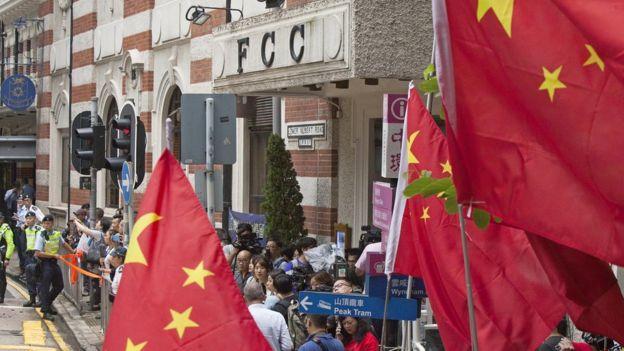 親北京社團成員在香港外國記者會外舉起中國國旗抗議(14/8/2018)