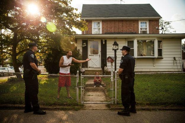 Policías en Camden hablan con un hombre