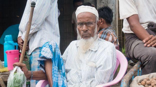 Seorang pria Muslim duduk di pasar di Maungdaw, tempat di mana jurnalis hanya diizinkan datang di bawah pengawasan pemerintah.