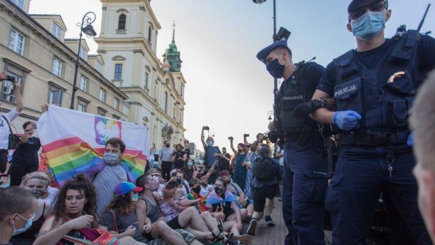 демонстранты и полиция в Варшаве