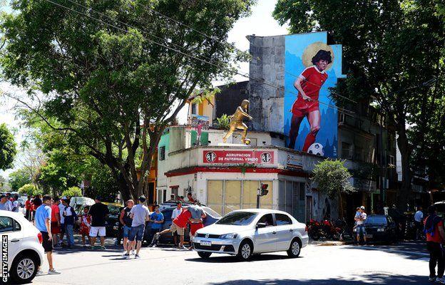Argentinos Juniors Stadı'ndaki, Maradona duvar resmi.