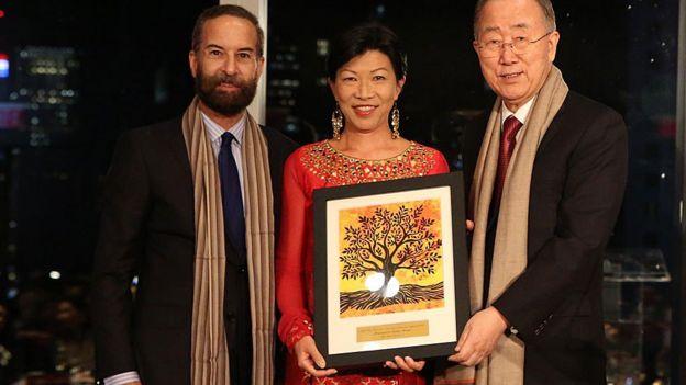 Kathy Matsui con el Premio Ban Ki-Moon por el empoderamiento de las mujeres