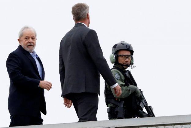 O ex-presidente Lula deixando a sede da Polícia Federal em Curitiba, onde cumpre pena, para participar do velório do neto, Arthur