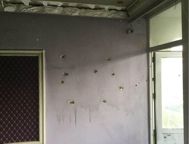 Agujeros de disparos de bala en la pared del Hotel Intercontinental de Kabul.