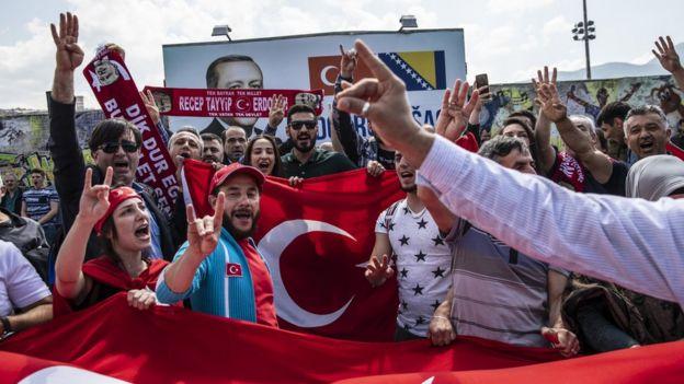 Bosna'da bozkurt ve rabia işareti yapan Türkler