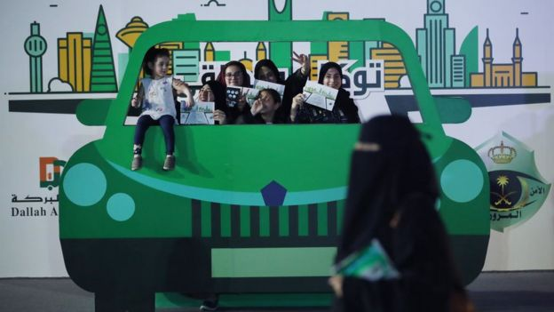 Suudi kadınlar araba kullanma eğitimi sertifikalarıyla poz veriyor
