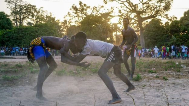 Des enfants qui jouent à la lutte sénégalaise.