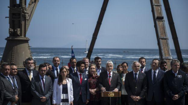 El presidente de Chile, Sebastián Piñera, dando un discurso rodeado de personas.