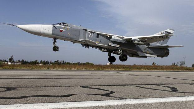 Avión de guerra ruso despegando desde una base en Latakia en Siria.