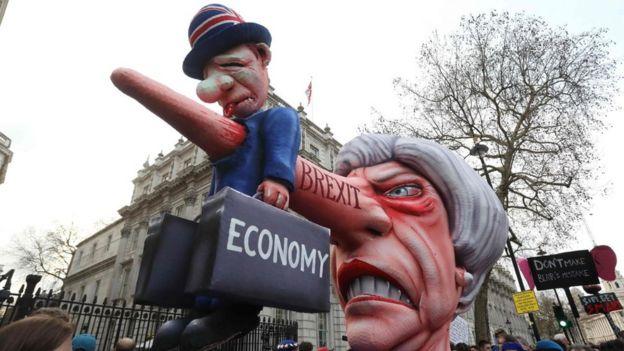 Muñeca gigante con el rostro de Theresa May y una nariz larga
