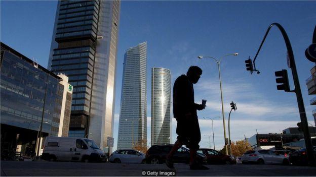 Homem andando na cidade