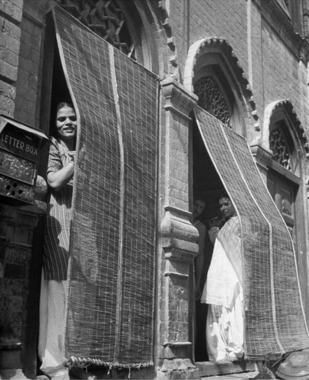 1946: prostitutas indianas espiando da portas do bordel