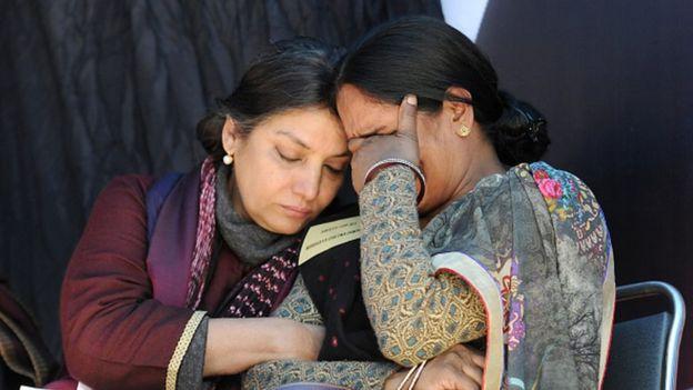 Bollywood actress Shabana Azmi consoling the mother of Delhi bus gang-rape victim