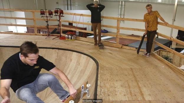 Công ty bít tất hàng hiệu ở California này có một sân trượt ván, một sân bóng rổ và một phòng tập thể dục