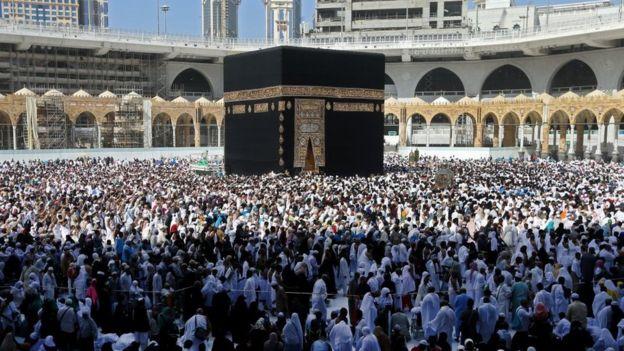 Peziarah Muslim berjalan mengelilingi Ka'bah (Tawaf al-Wadaa), bangunan paling suci Islam, di Masjidil Haram di kota suci Mekah Arab Saudi pada 27 Februari 2020.