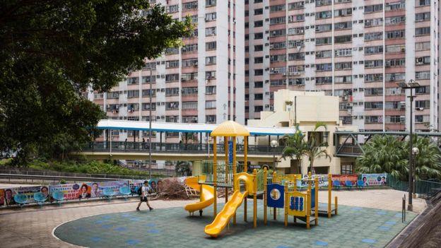 一名男子在香港九龍彩雲邨一處兒童遊樂設施前走過(28/9/2018)