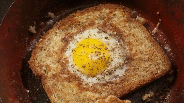 Яйцо, пожаренное в куске хлеба