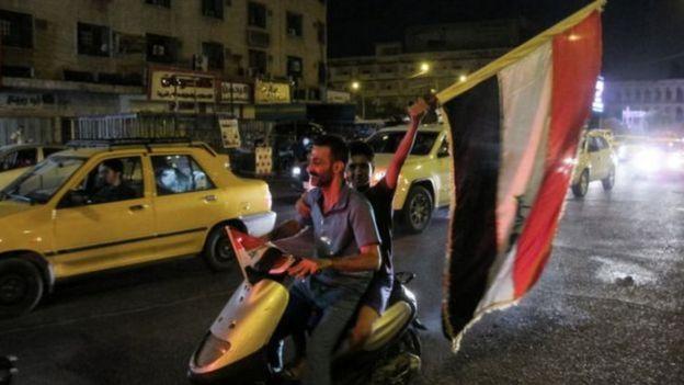 Homens nas ruas de Bagdá