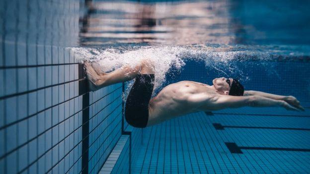 Dor na barriga durante nado é ocorrência comum